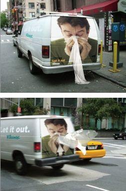 Acción de street marketing promocionando kleenex